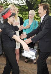 Первой приглашение на пикник получила Йоко Оно