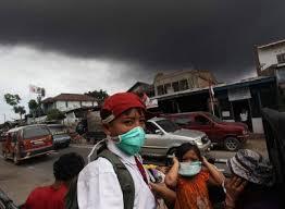 Туристов эвакуируют из Индонезии
